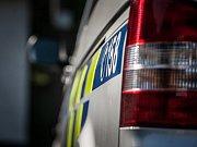 Policie před domem taxikáře, bývalého přítele ženy, kterou někdo polil v Plzni kyselinou