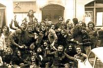 80. léta minulého století. Happening před zavřeným Čápem, v pozadí Gottwaldova pamětní deska.