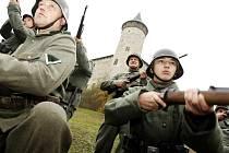 Východočeské kluby vojenské historie se na Kuntětické hoře společně připravují na natáčení filmu Lidice. Trénují dobový pořadový výcvik.