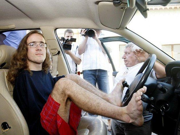 Jakub Tomeš se navzdory svému postižení stal řidičem. Místo rukou používá při ovládání vozidla nohy