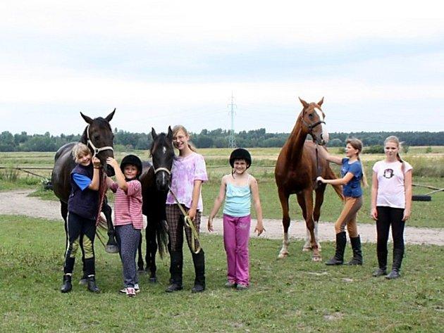 Dětská jezdecká klubová stáj v Dražkově sdružuje zájemce o pravidelný aktivní rekreační sport. Zejména menší děti se zde učí a získávají základní vědomosti a dovednosti k přípravě koně.