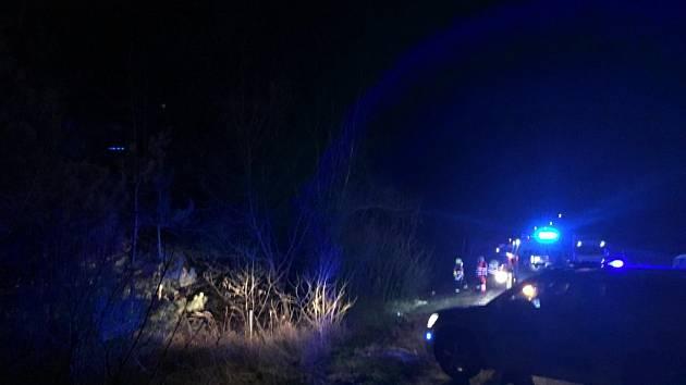 Havarovanou dodávku si záchranáři museli najít sami. Svědek - další řidič - jen nehodu oznámil, ale pokračoval v jízdě.