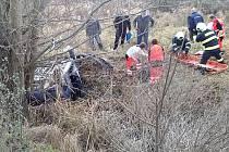 Po nehodě u na silnici I/37 skončilo vozidlo na střeše v příkopě.
