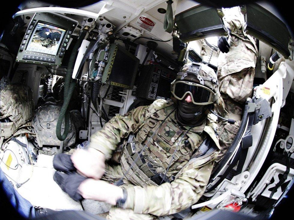 Venku je zima a posádka se uvnitř schovává jen na chvíli, když nás pouští do průlezu.