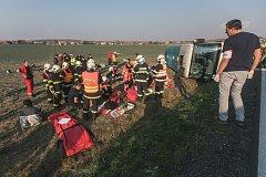 Vážná nehoda na Holicku. Autobusu s padesáti lidmi za jízdy zřejmě praskla pneumatika a převrátil se do pole.