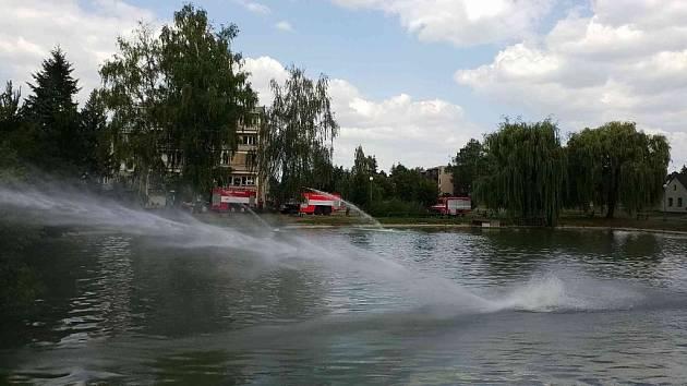 Hasiči v Přelouči vyjeli na pomoc rybám. Okysličovali vodu.