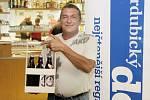 Hospůdkou roku 2012 se stala restaurace Pod Vinicí. Výherce Miroslav Krejčí se raduje z ocenění.