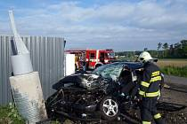 Následky těžké nehody mezi Kuněticemi a Ráby na Pardubicku.
