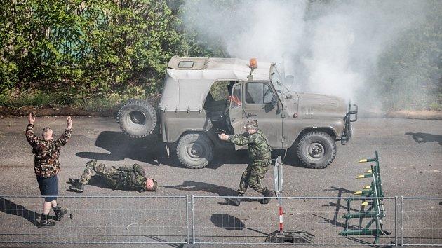 Posádka dalšího vozidla zahájila na patrolující vojáky palbu.