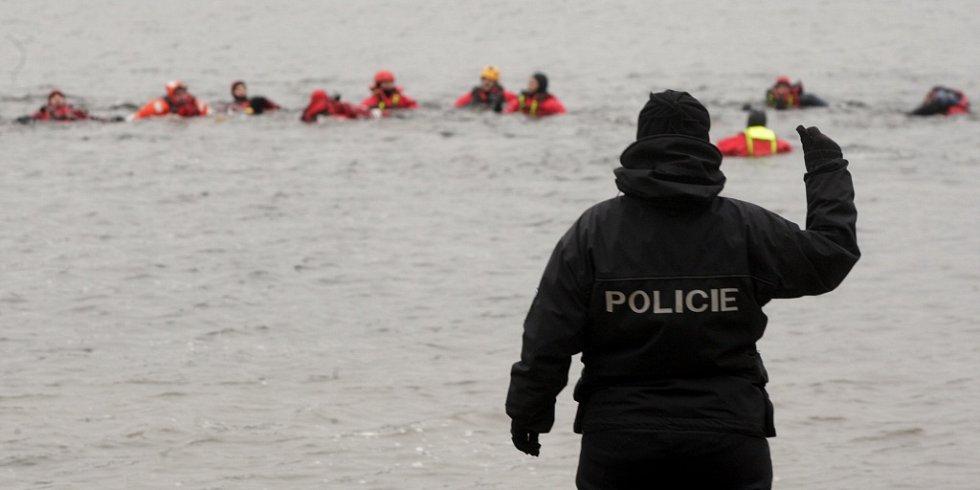 Cvičení vodní záchrany.