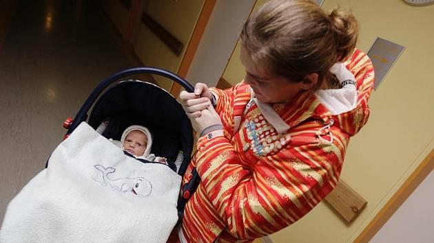 Konečně spolu. Malý Tomášek už se dostal z pardubické nemocnice domů. Rodiče Veronika a Jindřich už se svého dítěte nemohli dočkat. První porod ženy s prasečí chřipkou tak dopadl dobře.