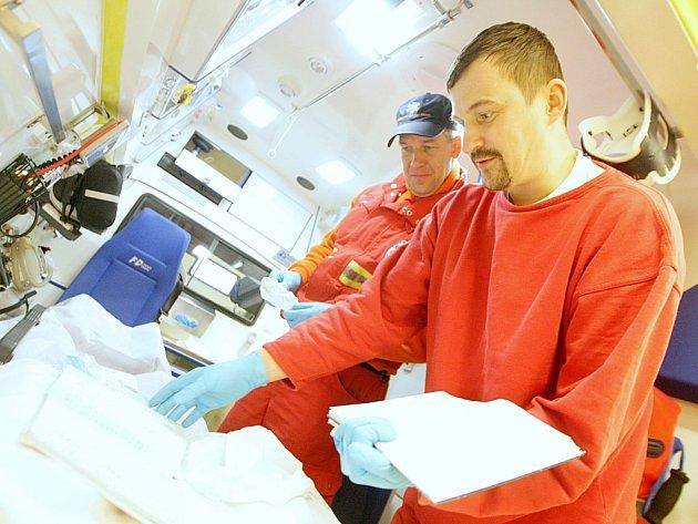 Záchranáři Jakub Jiřík a Martin Slouka (vpravo) včera mezi výjezdy k případům uklízeli uvnitř sanitky.