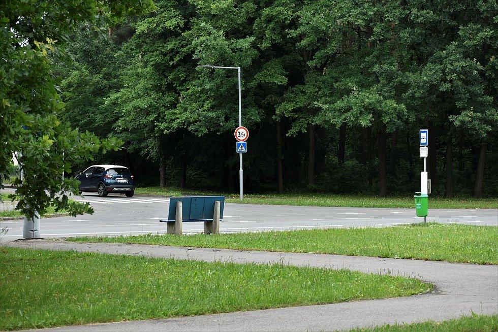 U autobusové zastávky Černá za Bory, silo, kde ústí silnice vedoucí od železničního přejezdu v Pardubičkách, vznikne první okružní křižovatka.