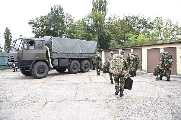 Vojáci aktivní zálohy se připravuji k přesunu.
