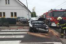 Nehoda v Ostřešanech na křižovatce. Jedno auto skončilo ve zdi domu, druhé ve sloupu