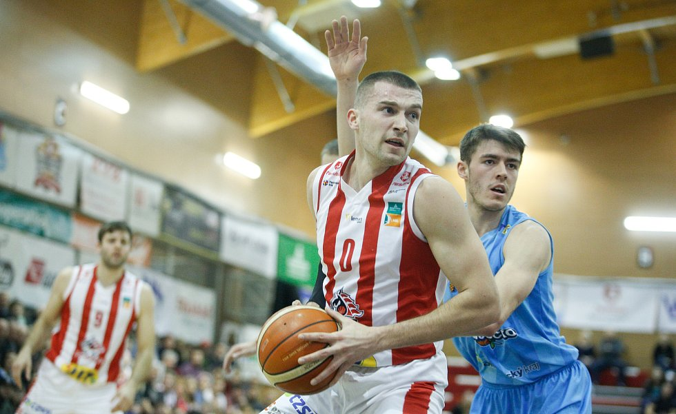 Basketbalové utkání Kooperativa NBL mezi BK JIP Pardubice (v červenobílém) a BK Olomoucko (v modrém) v pardubické hale na Dašické.