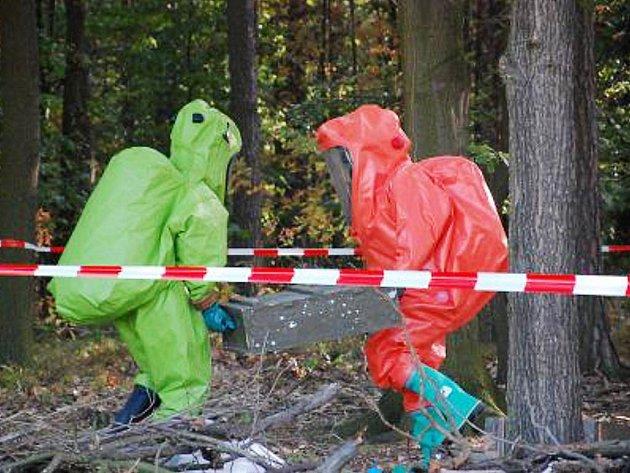 Hasiči v lese našli jedovaté i radioaktivní látky. Naštěstí šlo jen o cvičení.