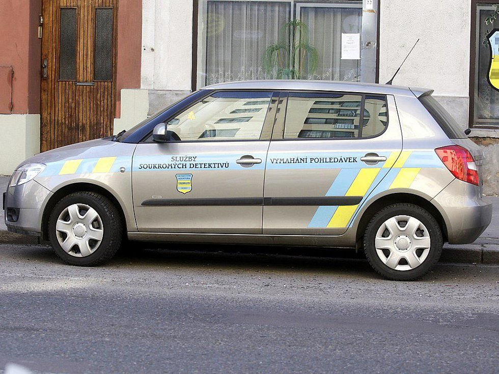 Vozidlo detektivní agentury nápadně připomíná policejní auto. Protiprávně.