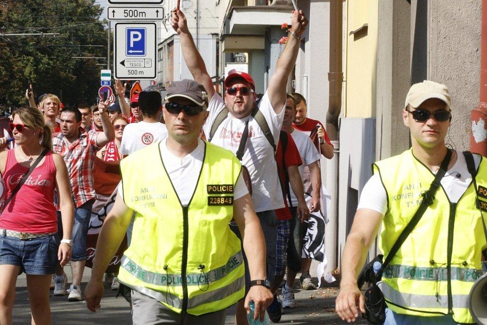 Výjezd pardubických fanoušků na fotbalové derby do Hradce Králové.