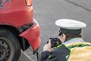 Ujíždějícího řidiče zadržela hlídka dopravní policie v Pardubicích po krátké honičce. Při své jízdě naboural několik aut.