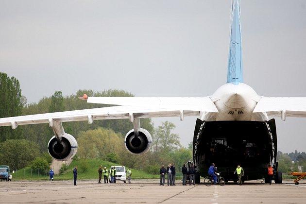 Na pardubické letiště sednul Ruslan, jeden z největších dopravních letounů světa