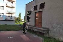 Nahoru to šlo, dolů už ne. Hasiči zachraňovali malého chlapce ze střechy.