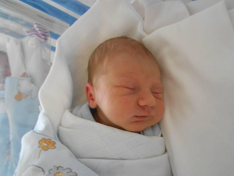 VÍT ŠIMON poprvé spatřil světlo světa 15. září v 11.56 hodin. Měřil 47 cm a vážil 3080 g. Největší radost udělal svým rodičům Lucie Ďuračkové a Vítu Šimonovi ze Žamberka. Tatínek byl u porodu velkou oporou.