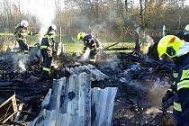 Při požáru chatky v Rosicích nad Labem nebylo už co zachraňovat.