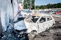 Vozy určené pro vznikající taxislužbu v Hradci Králové lehly v Pardubicích popelem. Ohledání vraků ukázalo, že šlo o požár založený úmyslně. Jednou z možností tak je konkurenční boj taxikářů.