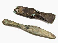Nález dvou sekerek z mladší a pozdní doby bronzové potěšil pardubické archeology. Našel je jeden z holických obyvatel.