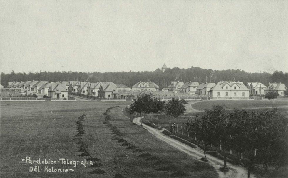 Domky dělnické kolonie továrny Telegrafia, v pozadí mezi stromy Larischova vila, 1936 Foto: Východočeské muzeum v Pardubicích