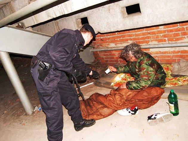 Bezdomovec v rozestavěné hale v Tyršových sadech