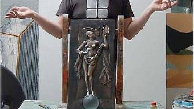 Autorem reliéfu je akademický sochař Bohumil Eliáš mladší