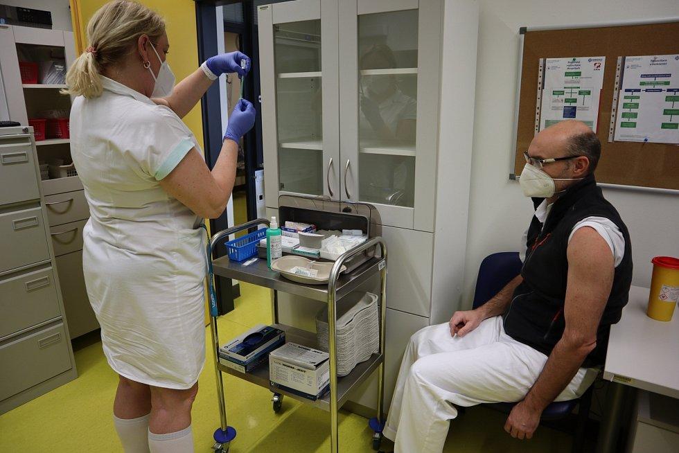 Na Silvestra 2020 dopoledne zahájilo očkovací centrum v Pardubické nemocnici první fázi očkování vakcínou proti covidu-19.