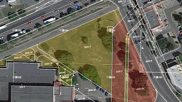 Pardubice za více než 7 milionů schválily odkup pozemku od Českých drah u nádraží (červené plochy). Město tak zcelilo plochu svých pozemků, které už v lokalitě vlastní (žluté plochy).