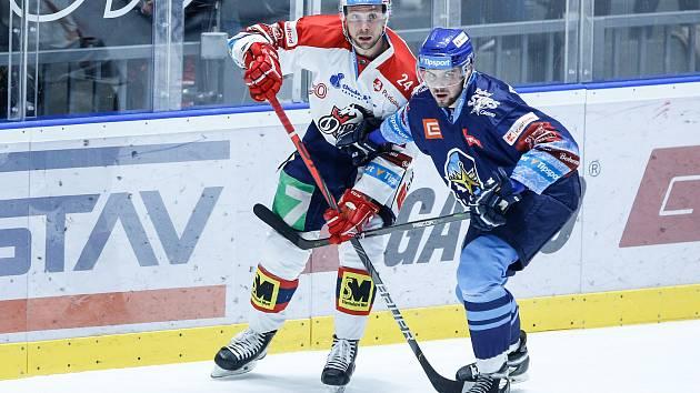 Hokejové utkání Tipsport extraligy v ledním hokeji mezi HC Dynamo Pardubice (v bíločerveném) a HC Rytíři Kladno (v modrobílém) v pardubické Enteria areně.
