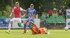 Obránce Tomáš Čelůstka (vlevo) v duelu FK Pardubice - MFK Vítkovice.