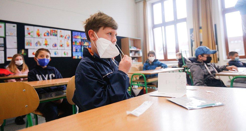 Žáci základních škol se musí samy před vstupem do třídy testovat proti kororonaviru.