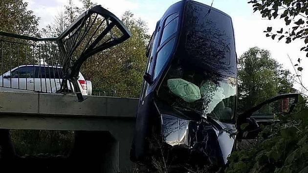 Řidička zůstala viset na mostě