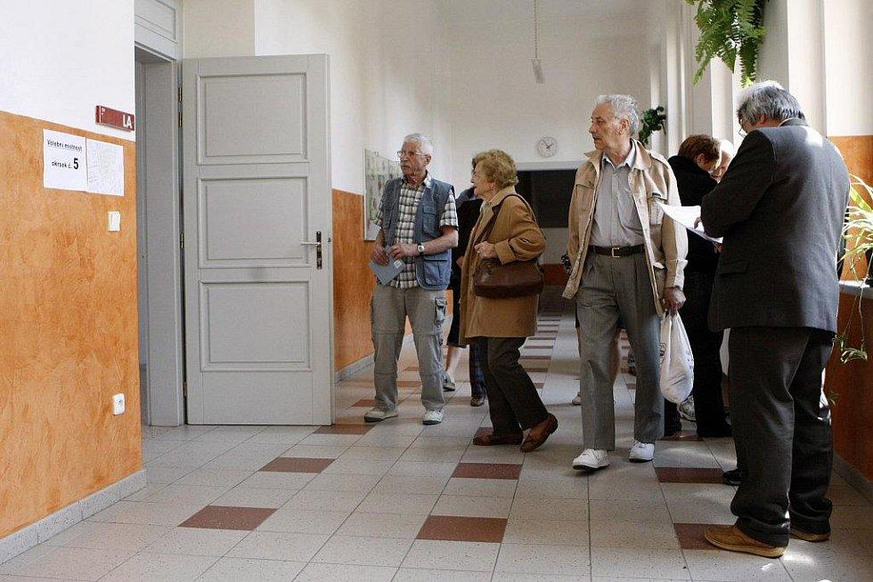 IHNED po pátečním zahájení se volební místností začaly plnit lidmi.