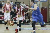 Basketbalové utkání Kooperativa NBL mezi BK JIP Pardubice (v bíločerném) a BK Opava (v modrém).