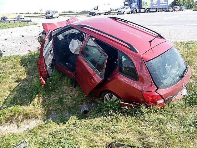 Po nehodě dvou osobních automobilů odvezli záchranáři tři těžce zraněné lidi.