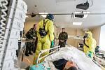 V nemocnici poprvé cvičí i příslušníci aktivních záloh. Náčelníka generálního štábu Josefa Bečváře příjemně překvapil jejich počet. O prestižní pracoviště je velký zájem.