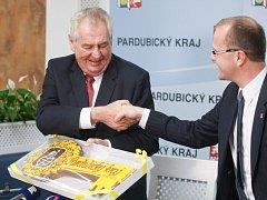"""""""Atmosféra se změnila, lidé mě vítali,"""" řekl Miloš Zeman po návštěvě Pardubického kraje."""