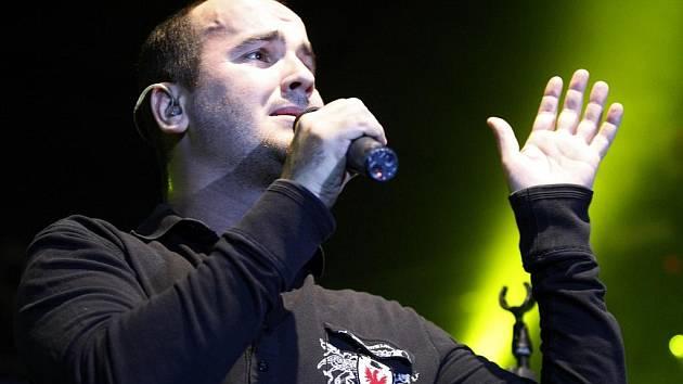 POPULÁRNÍ SLOVENSKÁ SKUPINA NO NAME vedená charismatickým zpěvákem Igorem Timkem potěšila své příznivce v malé hale pardubické ČEZ Areny vydařeným koncertem.