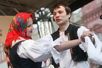 Tradiční folklórní festival Pernštýnská noc v Pardubicích.
