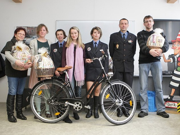 Městská policie Pardubice odměnila výherce soutěže. Výherci hlavní kategorie.
