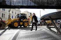 Výhled z kavárny na stavební stroje. Budou nájemci Rozvojového fondu Pardubice na třídě Míru platit méně?