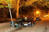 Opilý řidič napasoval půjčené BMW na chodník mezi zídku a zaparkované auto a zarazil se o pouliční lampu. Nadýcha 2,25 promile