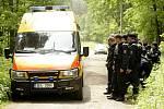 Cvičení Záchrana 2010. Desítky policistů prohledávaly lesy okolo Horního Jelení, kde se měli ztratit dva senioři.